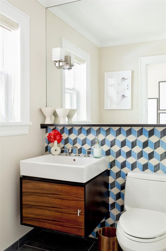 Sự góp mặt của gam màu xanh lam trong phòng tắm hoặc ít hoặc nhiều đều mang đến người dùng cảm giác dễ chịu khi sử dụng