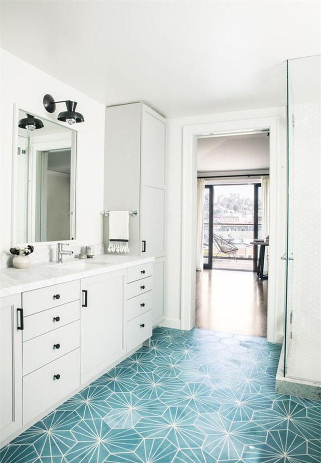 Căn phòng tắm nhìn tưởng chừng đơn điệu nhưng lại vô cùng ấn tượng nhờ sàn nhà họa tiết độc đáo