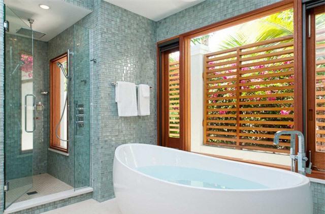 Sắc xanh nhạt phù hợp với những gia đình yêu thích cảm giác nhẹ nhàng, thư thái của phòng tắm
