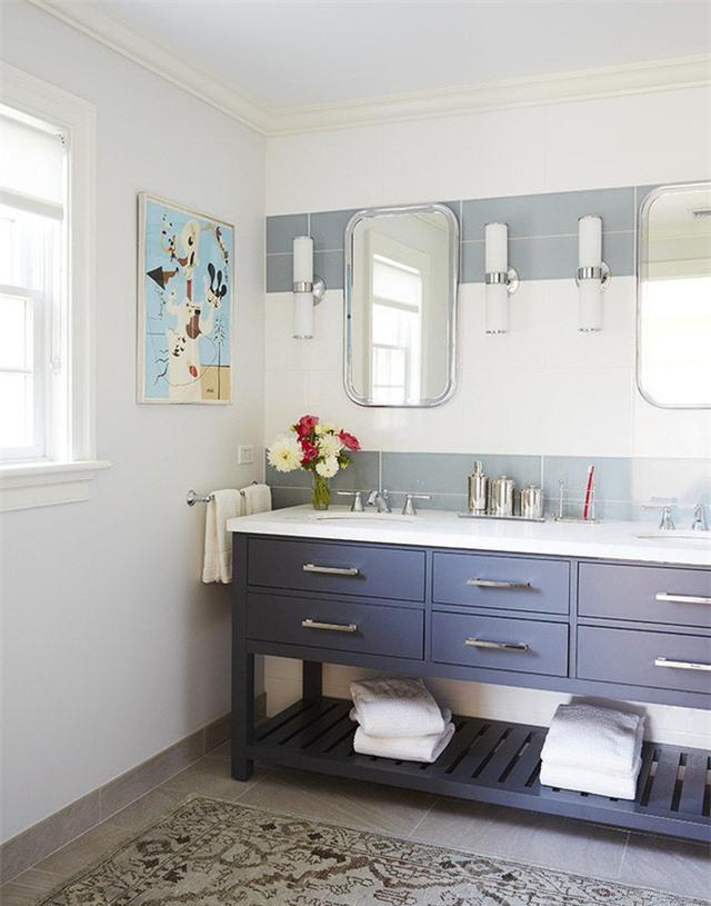 Sắc xanh lam sẫm lại giúp tạo điểm nhấn cá tính, mạnh mẽ cho căn phòng tắm