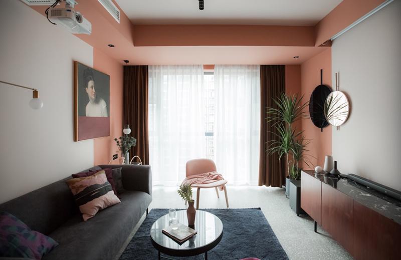 Căn phòng này tập trung vào việc sử dụng màu hồng xung quanh khu vực cửa sổ để tạo thêm chiều sâu cho không gian.