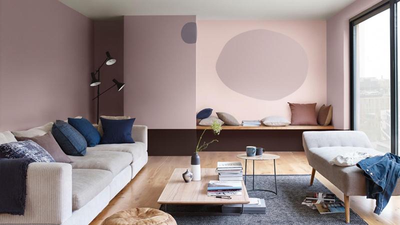 Đặt màu hồng cùng với màu xanh và màu tím hoa cà mang lại một phòng khách nhẹ nhàng nhưng tinh tế.
