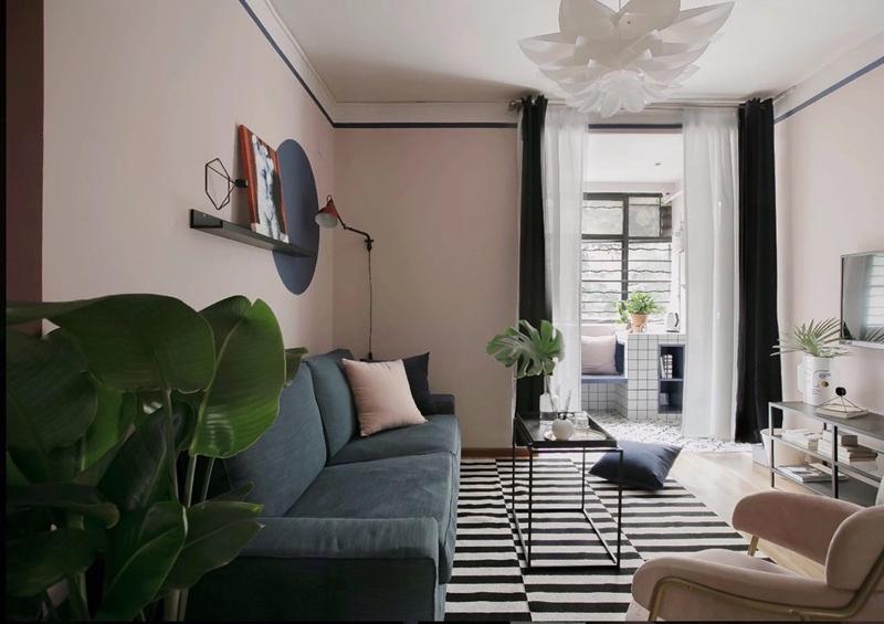 Phòng khách tuy nhỏ nhưng sáng và sạch nhờ sử dụng màu trắng và hồng làm chủ đạo.