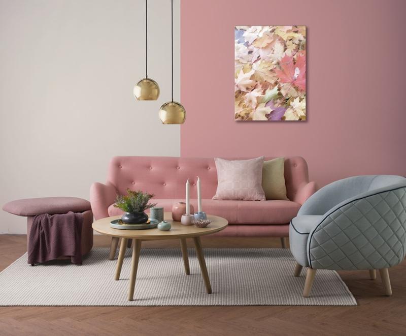 Ghế sofa màu hồng là một gợi ý dễ dàng mà hiệu quả để thay đổi không gian nhàm chán của căn phòng khách.