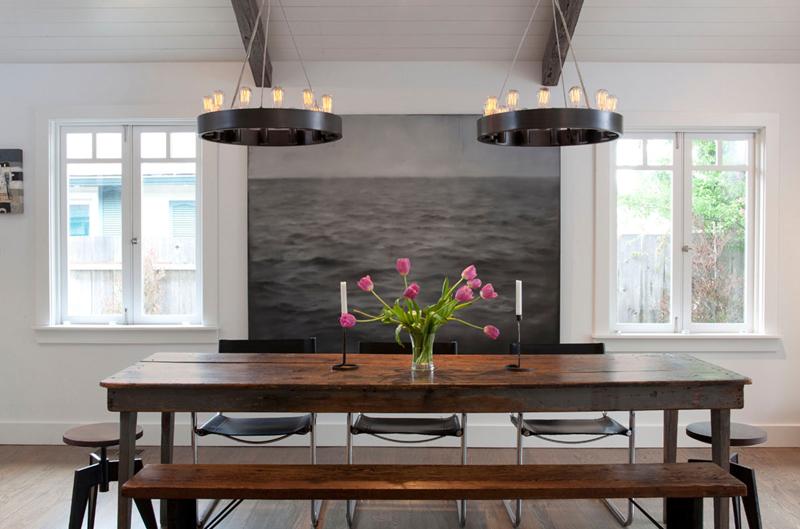 Những chiếc đèn nhỏ được thiết kế trông như những chiếc giá nến rủ xuống bộ bàn ăn gỗ vân nâu tạo nên không gian lãng mạn cho căn phòng.