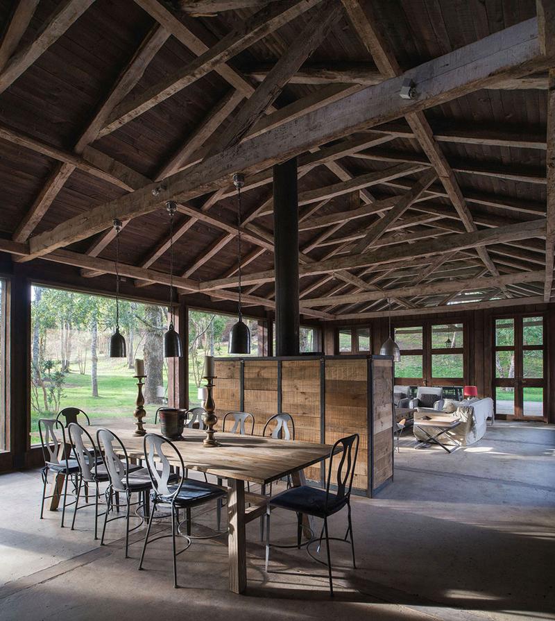 Căn phòng được làm chủ yếu bằng gỗ, cách bài trí các đồ dùng trong phòng rất đơn giản, gần gũi với cảnh vật thiên nhiên.