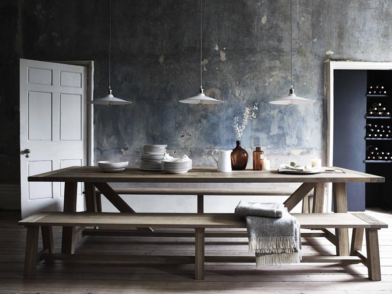 Chiếc bàn ăn dài, ghế không có tựa lưng phù hợp để bày trong căn phòng thiết kế đơn giản, ít đồ vật hay quán ăn phục vụ nhiều khách.