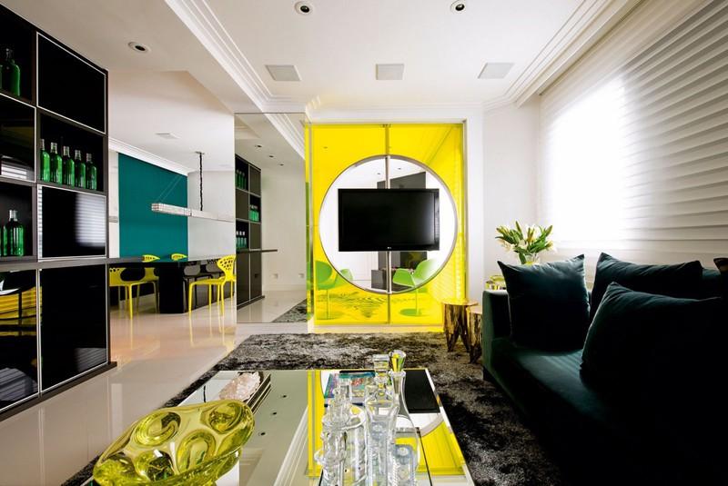 Đĩa để hoa quả, cửa kính màu vàng chanh góp phần làm nổi bật hơn cho phòng khách.