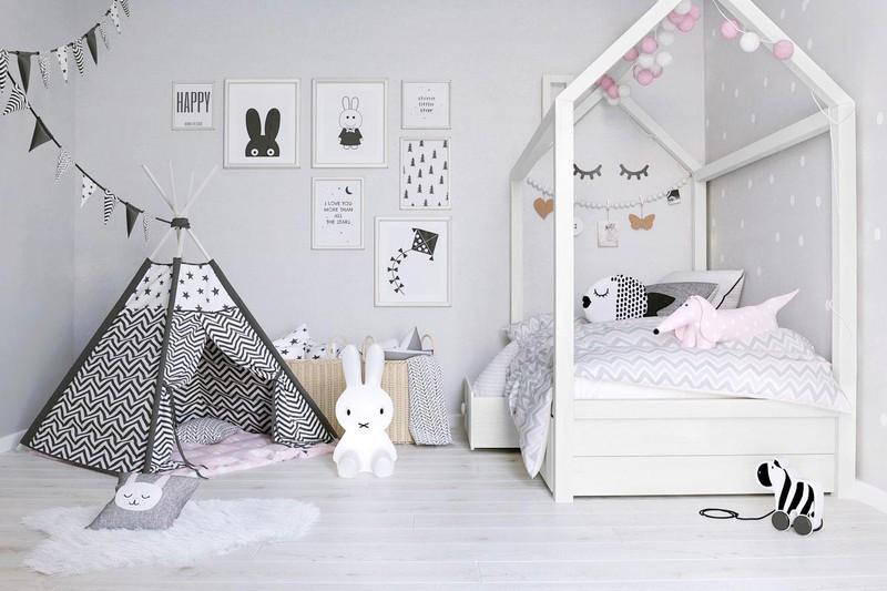 Con của bạn có thể như đang sống trong thế giới các câu chuyện cổ tích khi bước vào căn phòng có chiếc giường hình ngôi nhà và chiếc lều có vân trắng đen. Những bức tranh, con vật cũng khiến trẻ thích thú.