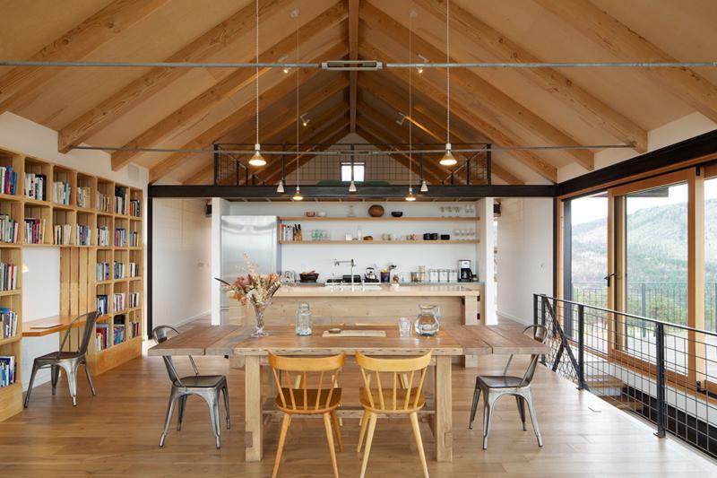 Phòng ăn này có cửa nhìn ra ngoài trời, có thêm giá để sách ở bên cạnh giúp các thành viên trong gia đình vừa ngồi uống trà, vừa có thể đọc sách, ngắm cảnh vật thiên nhiên. Không gian căn phòng cũng rất thoáng đãng.