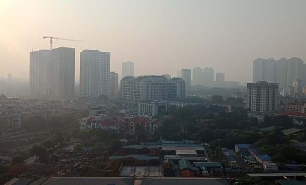 Vào lúc 8 giờ sáng nay, 24.9, nhìn từ trên cao, thành phố Hà Nội vẫn đang bị bao phủ một màn sương mờ mịt. Ảnh: H.V