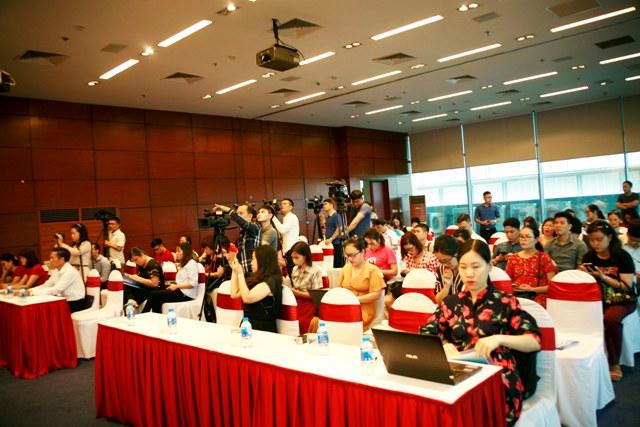 Buổi họp báo thu hút đông đảo phóng viên các cơ quan báo chí tham dự, đưa tin