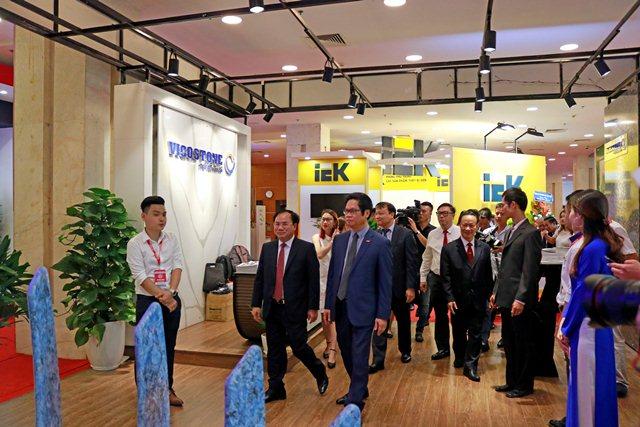 Thứ trưởng Nguyễn Văn Sinh và các đại biểu thăm quan các gian hàng