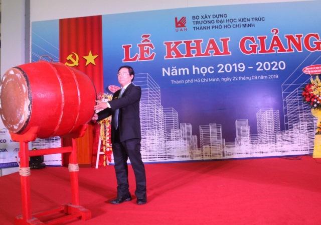 Thầy Lê Văn Thương - Bí thư Đảng ủy - Hiệu trưởng Nhà trường gióng trống khai giảng năm học mới 2019-2020