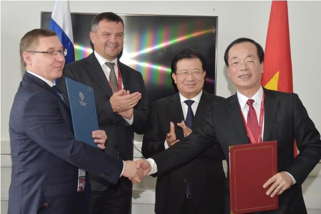 Phó Thủ tướng Trịnh Đình Dũng và Phó Thủ tướng Nga M.Akimov chứng kiến lễ ký kết Bản ghi nhớ hợp tác giữa  Bộ Xây dựng Việt Nam và Bộ Xây dựng Liên bang Nga