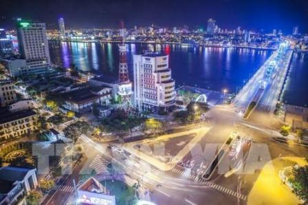 Một góc thành phố Đà Nẵng bên bờ sông Hàn rực sáng trong đêm. Ảnh: Trọng Đạt – TTXVN