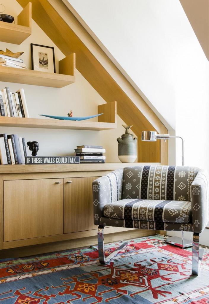 Giá sách gia đình bạn sẽ trông thu hút hơn nhiều khi bạn biết cách đan xen những món phụ kiện trang trí cùng với sách
