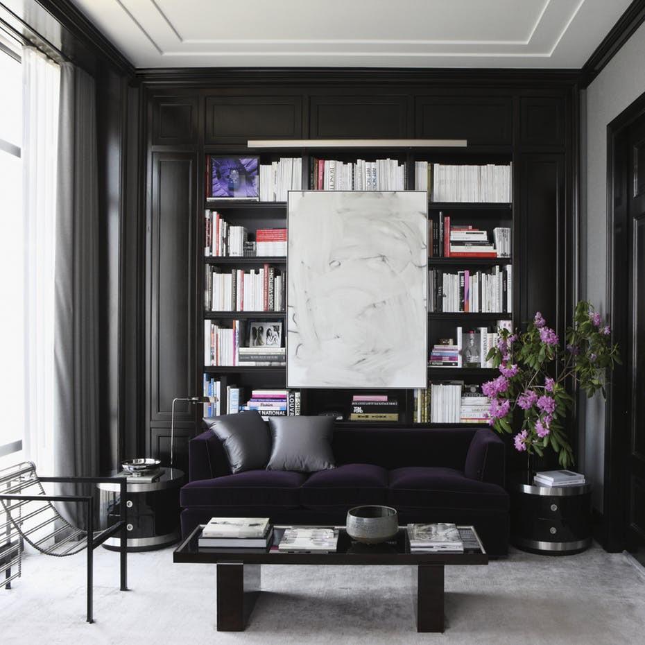 Bộ giá sách trông vô cùng nổi bật trên nền đen tuyền của căn phòng đọc sách tại nhà