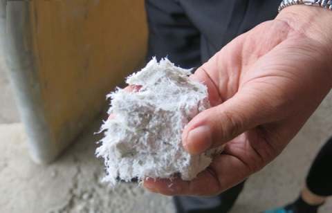 Sợi amiang trắng được làm ướt trước khi đưa vào sản xuất tấm lợp