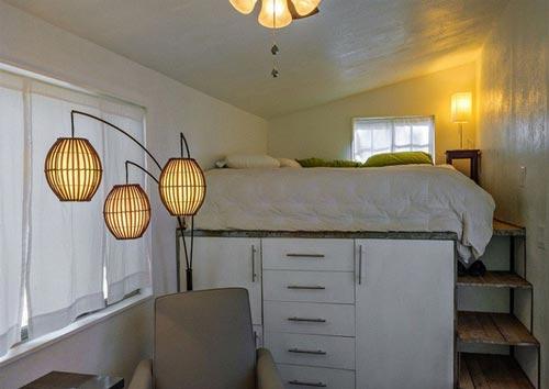 Thay vì để giường sát với nền nhà, kiến trúc sư đã khéo léo đặt một tủ đựng đồ cỡ lớn phía dưới. với các ngăn tủ lớn, các món đồ được lưu trữ cẩn thận mà không tốn thêm một chút diện tích mặt sàn nào.