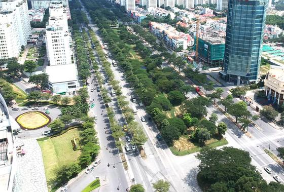 Mảng xanh trên đường Nguyễn Văn Linh. Ảnh: CAO THĂNG