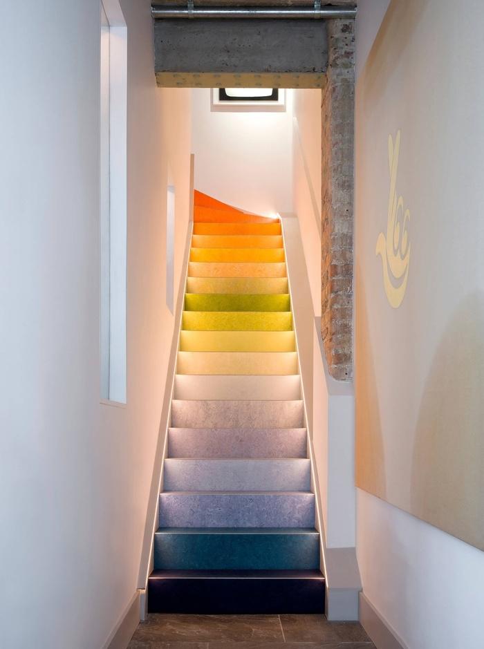 Đổi mới không gian với mẫu cầu thang nhiều màu sắc ấn tượng