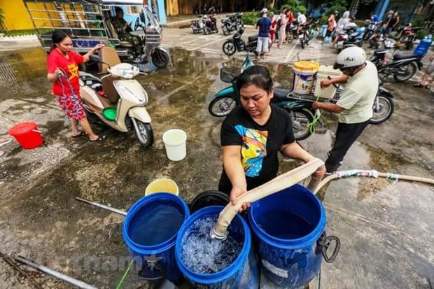 Ngay sau khi có thông tin chính thức về việc nguồn nước sông Đà bị ô nhiễm, một số nhà máy nước sạch đã cấp nước sạch miễn phí cho người dân Thủ đô. Ảnh: Minh Sơn