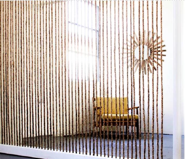 Đây là mẫu tường ngăn vừa đẹp lại dễ làm. Nguyên liệu chính để làm bức tường ngăn này là dây thừng và thanh gỗ