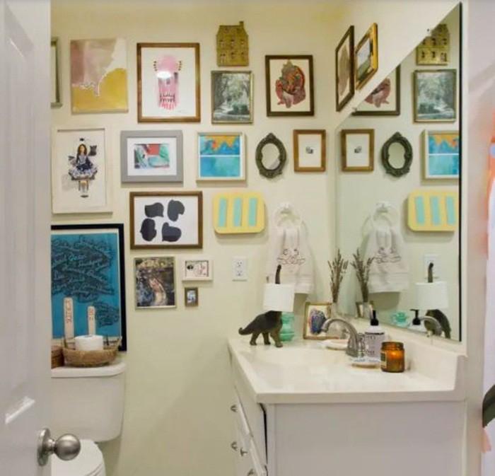Với những ai yêu thích những bức tranh, bạn có thể tạo vẻ đẹp vui nhộn và cuốn hút cho phòng tắm bằng những bức tranh có màu sắc, kích cỡ khác nhau.