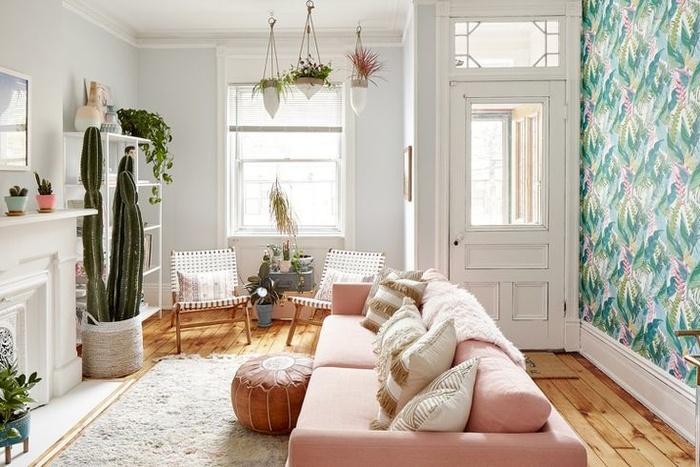 Cây cối và giấy dán tường hình cây cọ sẽ mang đến cho phòng khách đơn giản trở nên tuyệt vời. Đồ nội thất màu sắc trắng và hồng phấn tạo điểm nhấn hoàn hảo cho căn phòng.