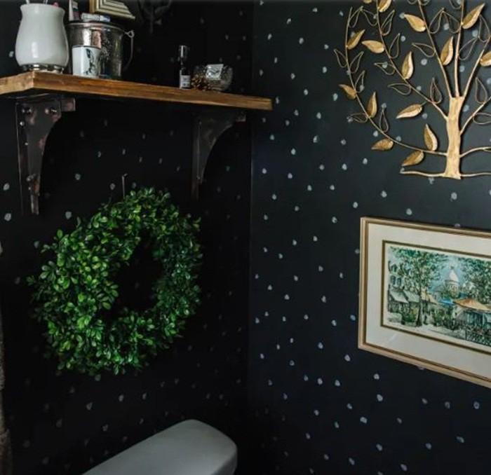 Không gian thư giãn với gam màu đen chấm trắng huyền bí sẽ càng đẹp hơn, hút ánh nhìn hơn khi có điểm nhấn từ vòng tròn lá nhựa xanh tươi.