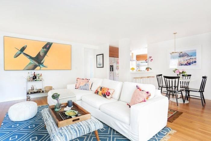 Nếu bạn ở một ngôi nhà nhỏ, bạn hãy tạo một sự tách biệt nhỏ giữa các khu vực sống khác nhau của bạn. Bạn có thể một chiếc ghế sofa đôi như chia không gian trong nhà. Tấm thảm có hoa văn màu xanh trong phòng khách. Một bàn cà phê bọc nệm là đã có phòng khách nhỏ cho cả nhà.