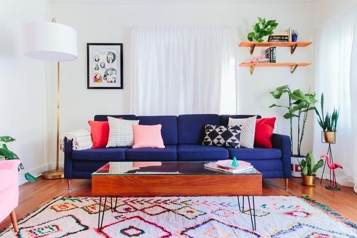 Nói đến việc tạo ra một phòng khách đơn giản, bạn có thể sáng tạo với màu sắc. Để thực hiện ý tưởng này, bạn sơn tường và trần nhà màu trắng. Phòng khách nhỏ sẽ được lên một tầm cao mới với đồ nội thất đầy màu sắc với các tông màu đậm và pastel tương phản.