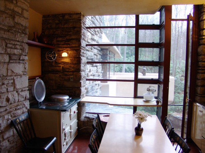Cửa kính lớn giúp gia chủ vừa thưởng thức món ăn vừa ngắm cảnh thiên nhiên bên ngoài.