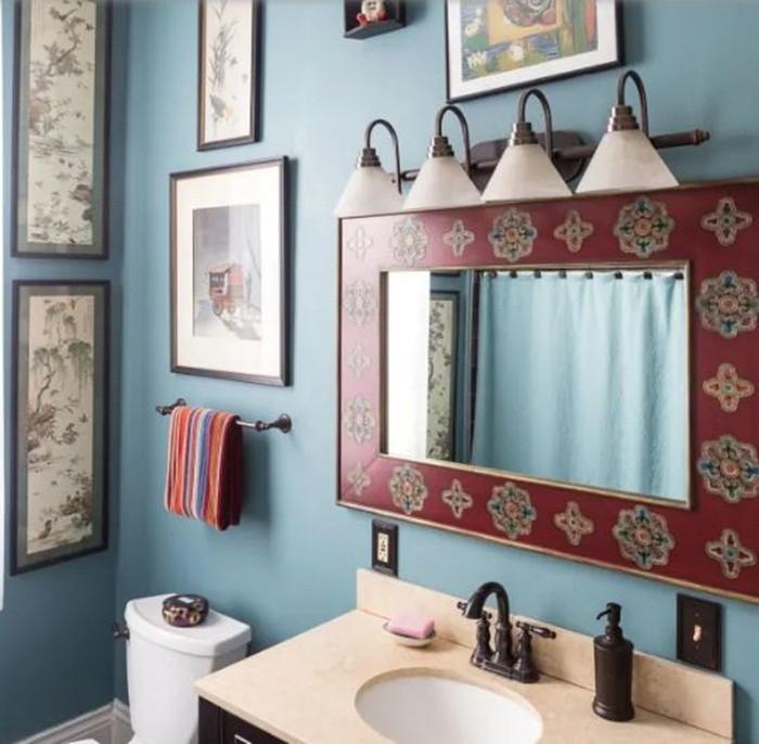Hãy lựa chọn gam màu mà mình yêu thích, cách trang trí mà mình cảm thấy sẽ thêm niềm vui, sự thoải mái khi bước vào. Ví dụ chọn những họa tiết dân tộc cho viền gương, khăn lau tay cũng có thể giúp căn phòng tắm thêm sinh động.