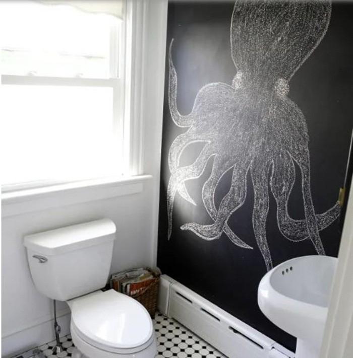 Tạo bảng phấn bên trong phòng tắm, gam màu đen của bảng phấn đối lập với tường màu trắng bên cạnh và vật dụng xung quanh. Căn phòng sẽ là nơi thú vị mỗi ngày khi có những bức vẽ ngẫu hứng.