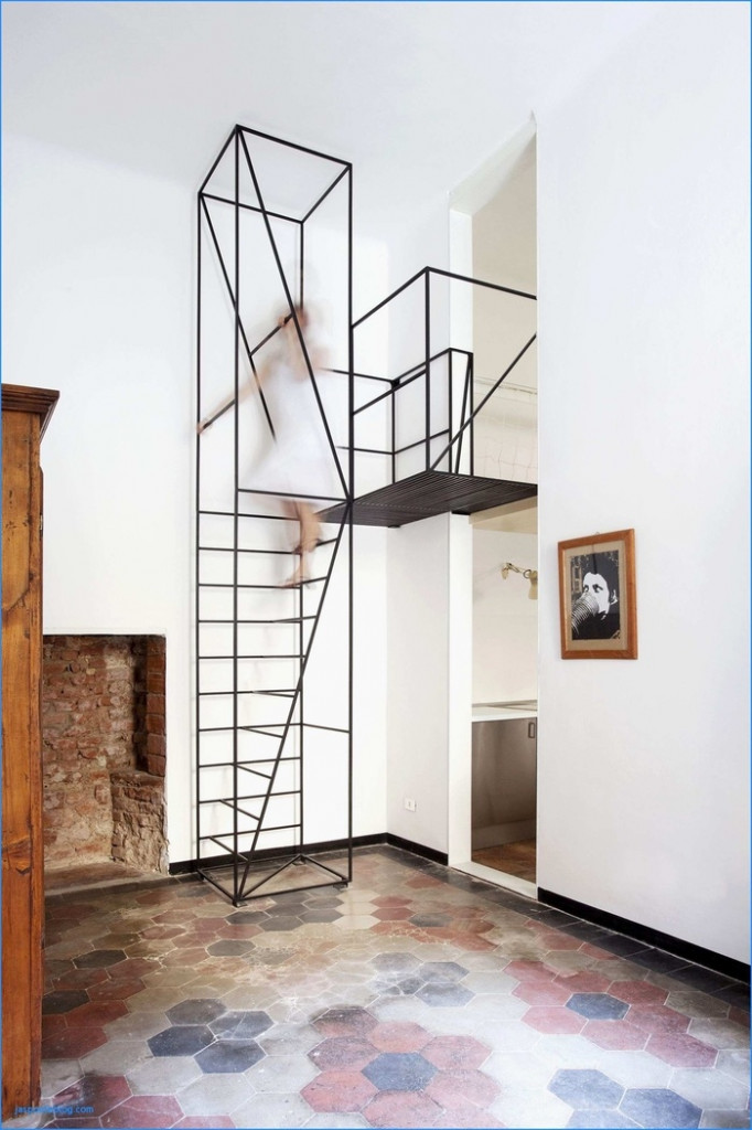 Mẫu cầu thang bằng kim loại khá chắc chắn này là một trong những mẫu cầu thang tuyệt vời nhất giúp tiết kiệm diện tích cho ngôi nhà bạn