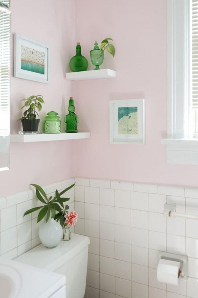 Chọn màu sơn mà bạn yêu thích cho tường phòng tắm sao cho những chiếc kệ hay đồ đạc bên trong trở nên nổi bật một cách dễ dàng. Không gian thư giãn hàng ngày cũng vì thế trở nên rộng rãi và ưa nhìn hơn.