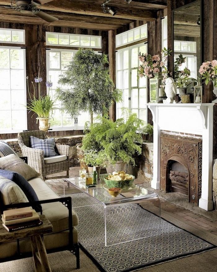Một chiếc bàn kính trong suốt được trang trí với rất nhiều cây xanh giúp cho căn phòng không cảm thấy quá tối và nặng nề.