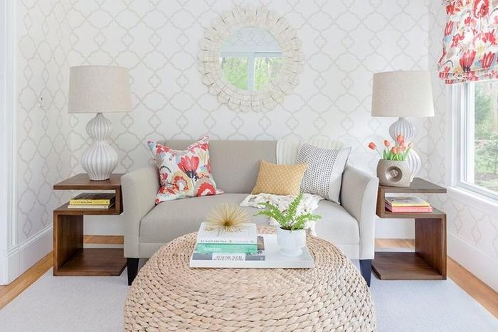 Khi có phòng khách hẹp, bạn hãy tận dụng tối đa đồ nội thất nhỏ để bày trí. Một chiếc ghế tình yêu là nơi ấm cúng cho hai người. Hai bàn hai bên trở thành giá đựng đồ cực tiện ích. Bạn hãy chọn các món đồ in họa tiết để tạo điểm nhấn trong căn phòng màu trung tính.