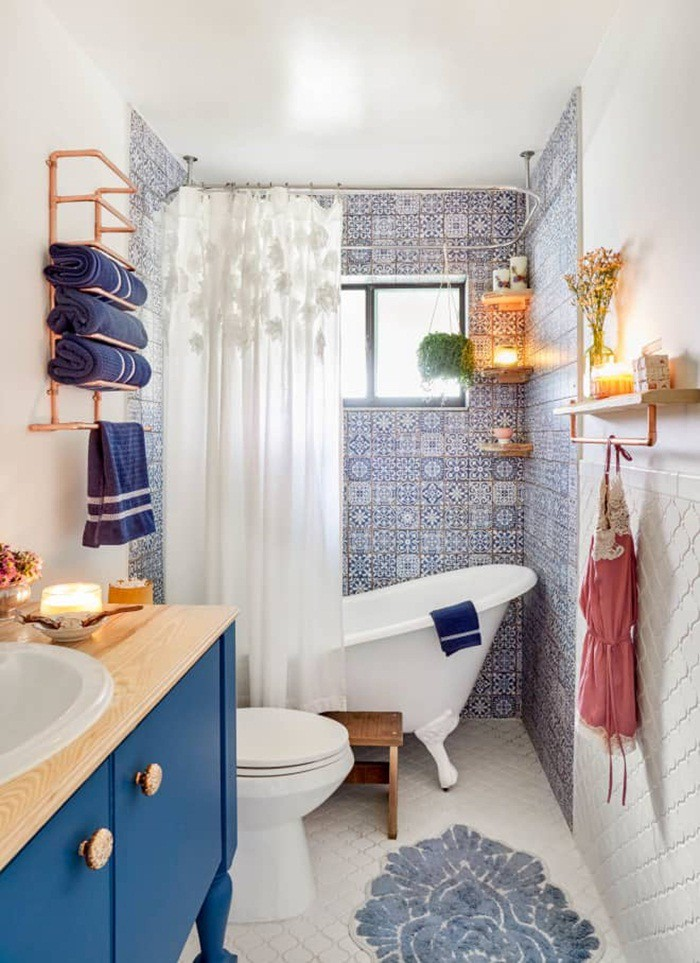 Một không gian phòng tắm đã có đầy đủ các vật dụng chức năng, đừng quên gắn thêm vài móc treo có màu sắc nổi bật để tăng thêm khu vực lưu trữ, đồng thời tạo hiệu ứng thẩm mỹ ấn tượng thu hút mọi ánh nhìn.