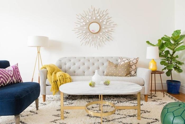 Bạn không cần nhiều thứ để tạo ra một phòng khách thanh lịch. Bàn cà phê đá cẩm thạch là một điểm nhấn hấp dẫn. Ghế nệm màu xanh lá cây và ghế nhung màu xanh giúp chỗ ngồi trông bắt mắt. Tấm thảm và gương độc đáo tạo điểm nhấn hài hòa cho căn phòng.