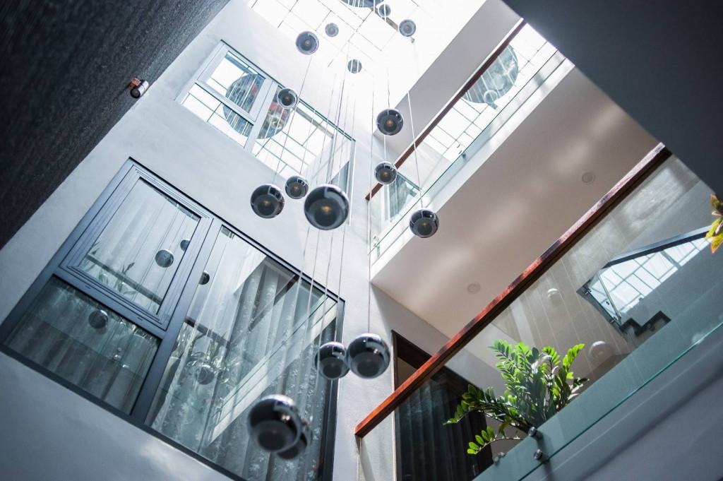 Các tầng đều dùng chọn vách kính để ánh sáng khuếch tán tốt hơn, cũng xóa bỏ cảm giác phân chia không gian