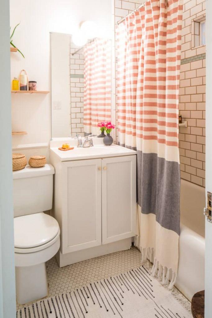 Khi diện tích căn phòng tắm được bày biện đủ các đồ đạc, vật dụng. Điều này đồng nghĩa với việc khiến phòng tắm trở nên chật hẹp hơn. Hãy thêm một tấm rèm màu sắc ưa nhìn ngăn chia khu vực tắm với khu vực chức năng khác. Cách làm này vừa tăng thêm sự riêng tư, tính tiện dụng vừa tạo vẻ đẹp ưa nhìn cho phòng tắm.