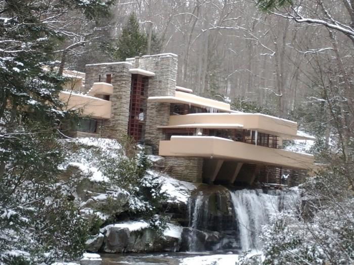 Cấu trúc chính của toàn bộ ngôi biệt thự 3 tầng là hệ thống bệ đỡ ban công bằng bêtông cốt thép.