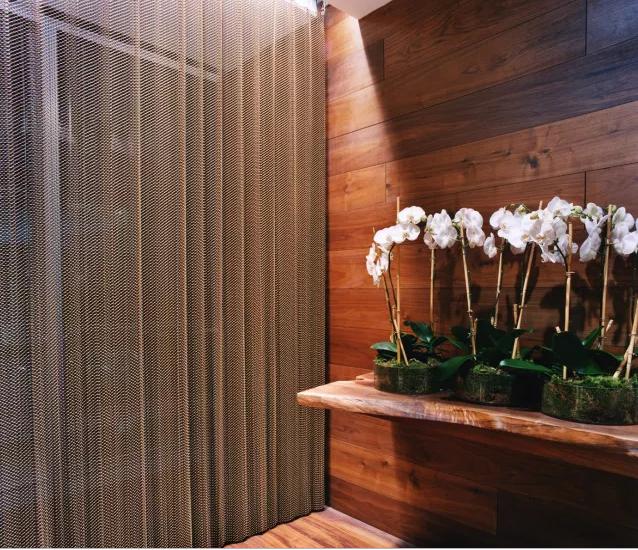 Nếu bạn cho rằng bức tường ngăn này bằng vải thì bạn đã nhìn nhầm. Bức tường ngăn này làm bằng kim loại và trông khá giống vải. Bức tường này tạo nên vẻ ngoài vừa quyến rũ vừa riêng tư cho căn phòng.