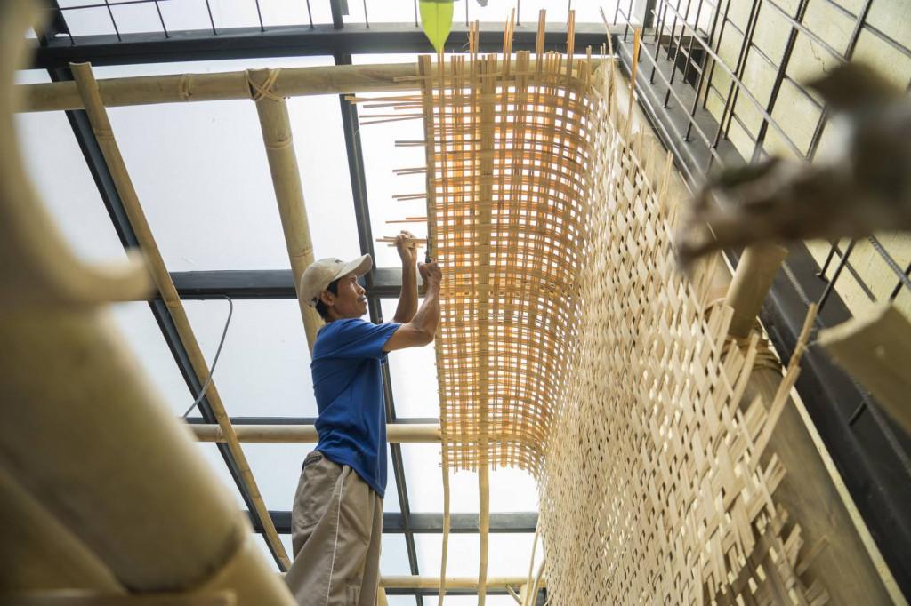 Thợ thủ công tạo hình cho mái ban công bằng tre