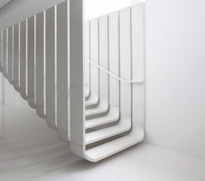 Mẫu cầu thang trắng mang đến vẻ đẹp hài hòa, thanh lịch cho căn phòng của bạn
