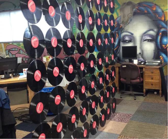 Những chiếc đĩa ghi không dùng đến có thể làm nên điều khác biệt cho căn phòng của bạn.