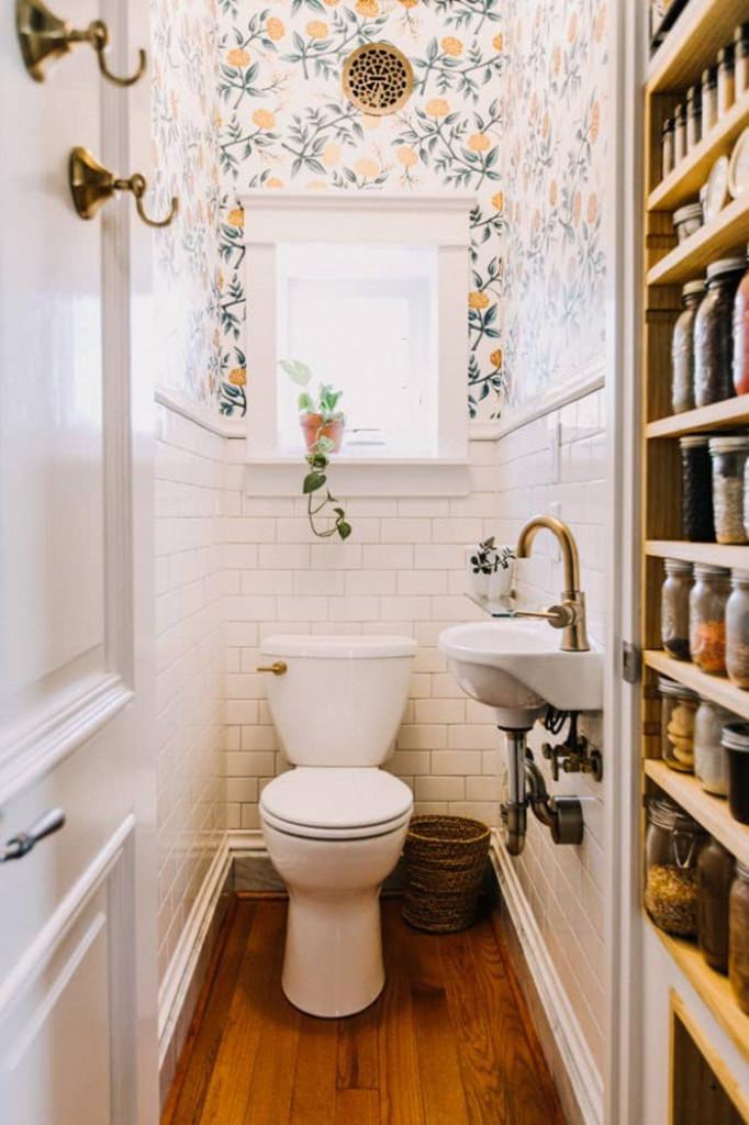 Một căn phòng tắm được bày biện đồ đạc cơ bản nhất có thể. Hãy ngăn cách tường thành hai phần, phần dưới ốp gạch trắng, phần trên dán giấy dán tường chịu ẩm. Cách đơn giản này đủ để mang lại vẻ đẹp trẻ trung, bắt mắt cho phòng tắm.